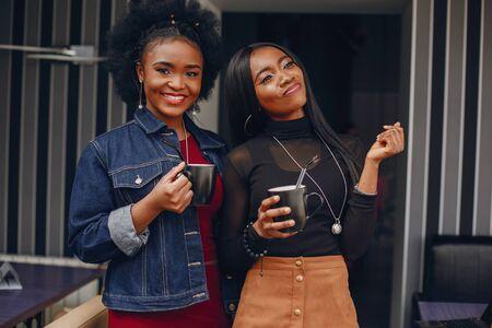 deux jolies filles dans un café Banque d'images