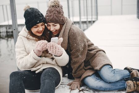girls and snow Imagens