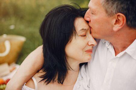 Hermosa pareja adulta pasar tiempo en un campo de verano Foto de archivo