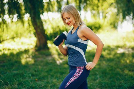 Una hermosa niña se dedica al ejercicio matutino en el parque.