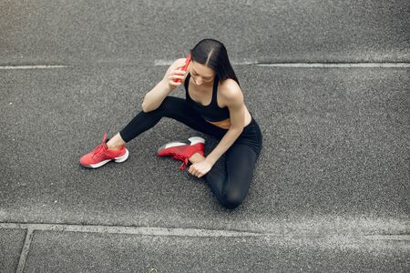Chica deportiva entrenando en el estadio.