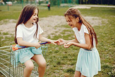 ragazze carine con il carrello