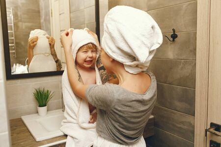 Mamá enseña a su hijo pequeño a cepillarse los dientes