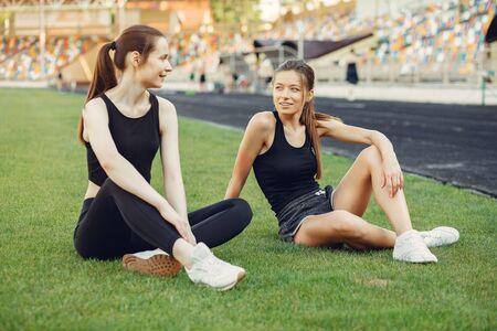 Chicas deportivas entrenando en el estadio.