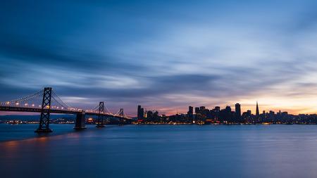 silicio: Horizonte de San Francisco al atardecer con nubes dramáticas Foto de archivo