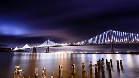 Bay Bridge in der Nacht beleuchtet Standard-Bild