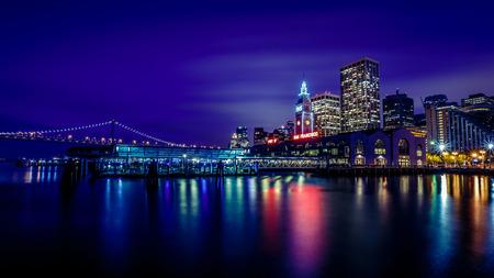 페리 빌딩 및 베이 브릿지 샌프란시스코 캘리포니아 미국에서 밤에 조명