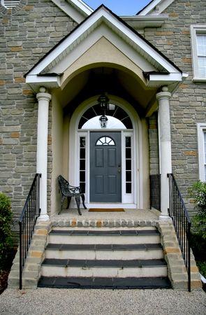 새로운 현대 석조 집 enterance 문입니다.