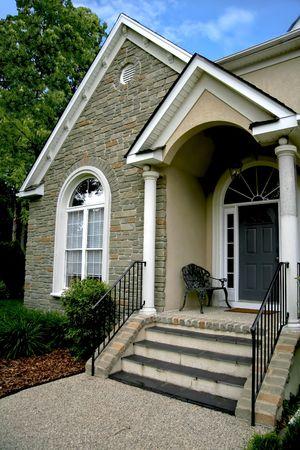 현대 석조 집 입구 문입니다. 스톡 콘텐츠