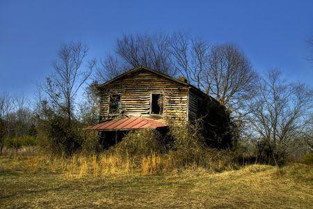 오래 된 버려진 및 마칠 수 집 필드의 중간에 앉아.