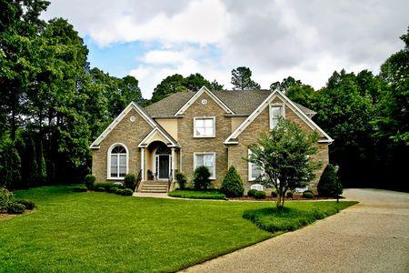 Moderne stenen huis met goed onderhouden tuin.