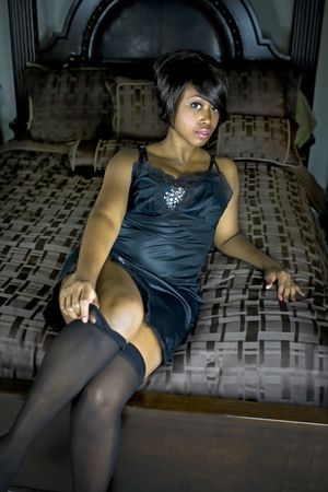 섹시 한 여성 검은 레이스를 입고 침대에 누워.