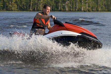 좋은 여름 하루를 즐기고 남자 강물에 파도 주자를 타고. 스톡 콘텐츠