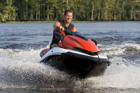 moto acuatica: Hombre de equitaci�n ola finalista en un r�o, disfrutan de un agradable d�a de verano.