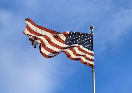 미국 국기를 배경에서 푸른 하늘이 바람에 날 려.
