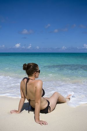 젊은 여성이 열 대 해변에서 휴식. 스톡 콘텐츠