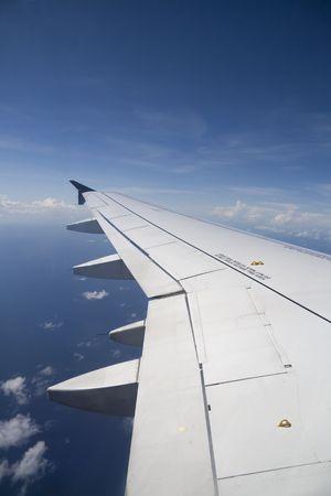 물 위에 비행 중에 상업 비행기 날개의 전망.