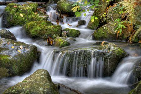Otoño escenario de cascada en las montañas.