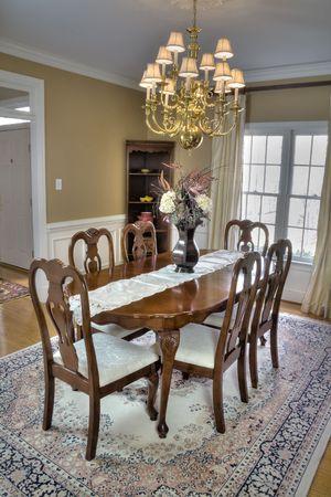 arredamento classico: Lussuoso tavolo della sala da pranzo e sedie in legno in una casa moderna. Archivio Fotografico