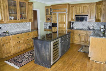 Mooie luxe moderne keuken met een marmeren eiland en houten kasten.