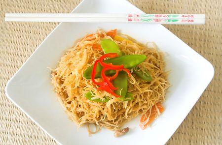 arroz chino: Fideos de arroz chino con palillos  Foto de archivo
