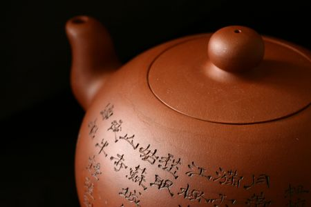 chinese tea pot: Olla de t� chino aislados sobre fondo negro.