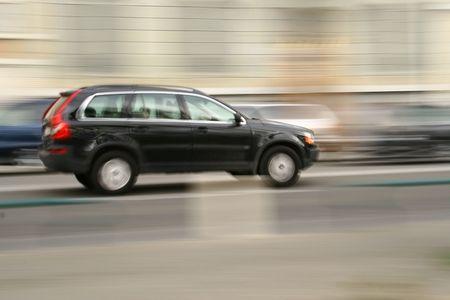 panning shot: Panning tiro di un veicolo in movimento su strada.