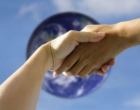 osiągnął: Para rąk gospodarstwa lub wytrząsanie wzajemnie wobec niewyraźne ziemi. Concept: Umowy osiągnęły lub Pomocna dłoń.