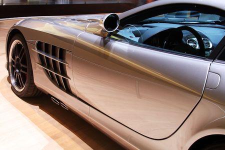 xenon: Vista lateral de un lujoso autom�vil deportivo