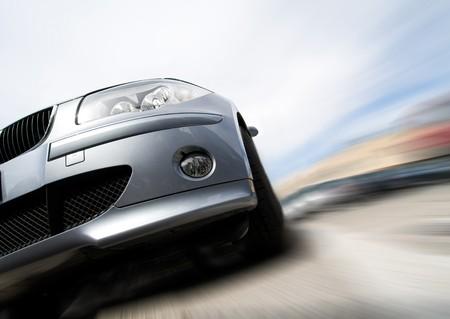 Fast générique voiture sans logo se déplaçant avec motion blur