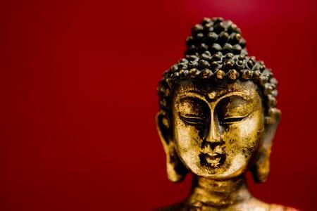 mindfulness: Boeddha standbeeld in een meditatie positie met een zen-state of mind