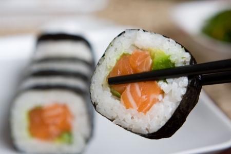 신선한 일본 연어 초밥 하얀 접시에 재직했습니다.