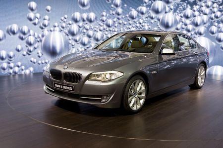 Ginebra - el 3 de marzo: Serie 5 de BMW lanzamiento nuevo en el octogésimo internacional el 3 de marzo de 2010, en Ginebra, Suiza Foto de archivo - 6896281