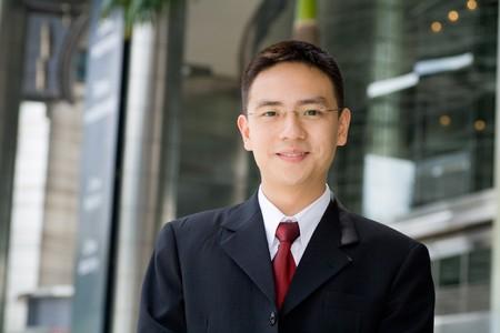 Guapo y buen aspecto asiático hombre de negocios sonriente Foto de archivo - 6927739