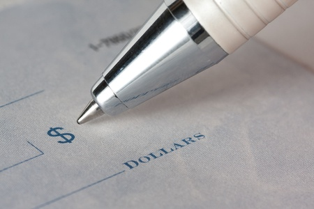 Un cheque o cheque de cerca con un lápiz Foto de archivo - 9763564