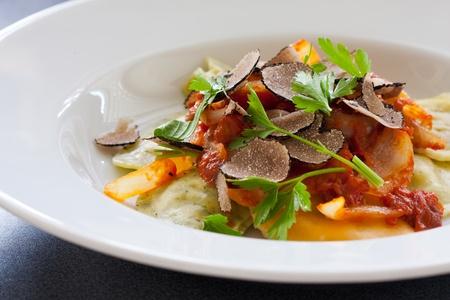 truffe blanche: Fra�chement p�tes italien raviolis avec des tranches de truffe noire Banque d'images
