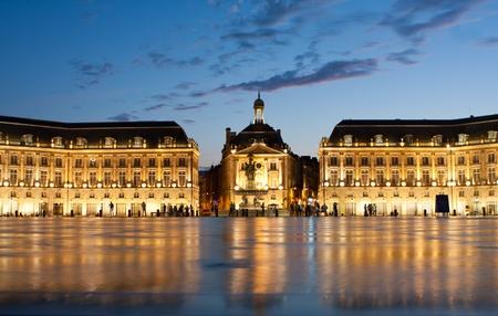 ボルドー市水噴水からの反射とフランスの Place de la Bourse