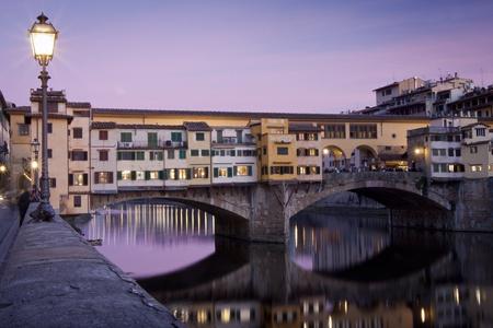 Puesta de sol vista del Ponte Vecchio con la reflexión sobre el río Arno Foto de archivo - 12815051