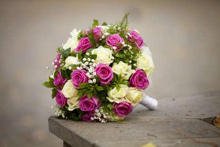 De mooie bruiloft boeket van de bruid van roses met het ontwerp besluit de eenzame leugens over de aard