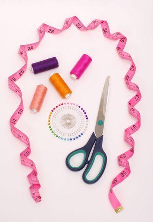 handiwork: pertenencias de trabajo manual: Cizallas, bobinas de hilo, agujas y medidor  Foto de archivo