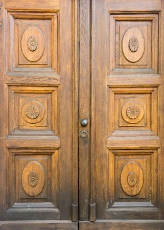 porte en bois décorée