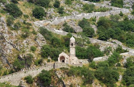 Weg naar Kotor fortress.Church van Onze-Lieve-Vrouw van Remedy. Montenegro Stockfoto