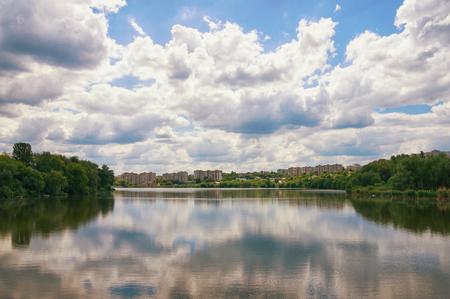 호수 위에 구름입니다. Ostashivskiy lake, Uman town, 우크라이나 스톡 콘텐츠