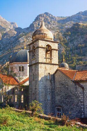 Architecture religieuse. Monténégro, vieille ville de Kotor. Dômes de l'église orthodoxe de Saint-Nicolas, et beffroi de l'église de Sainte Claire, vue du mur de la ville