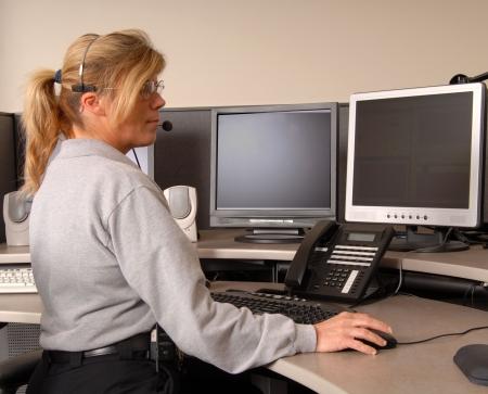 Un répartiteur de police de travail à la console