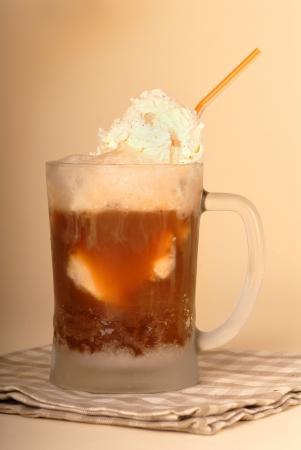 Een hoofd bier float in Ambystoma glas en stro Stockfoto