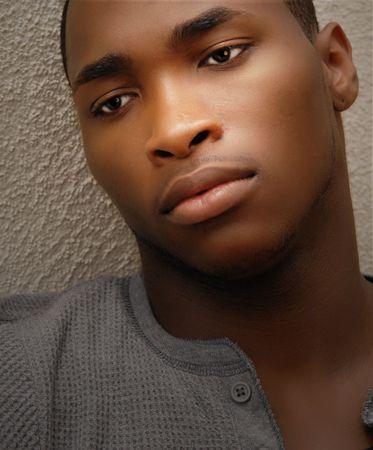 Portret van een jonge aantrekkelijke African American man met een droevige blik op zijn gezicht Stockfoto