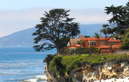 高級住宅は中央カリフォルニアの海岸沿いの崖に腰掛け。