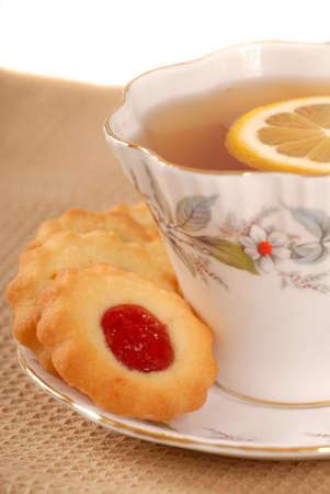 odcisk kciuka: Świeżo upieczony malina odcisk kciuka ciasteczka z herbaty Zdjęcie Seryjne