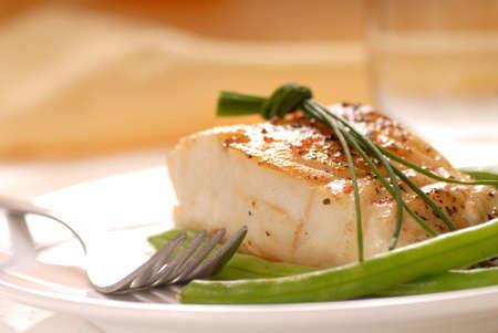 Vers gebakken kabeljauw filet met groene bonen en bieslook Stockfoto